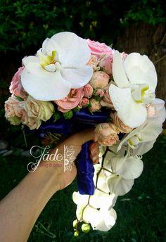 Púderrózsaszín angolrózsákból és csokros rózsákból készült tűzött menyasszonyi csokor. Lelógó fehér lepkeorchidákkal díszítve. Ez a csokor élővirágokból készült Jade, Floral Wreath, Crown, Wreaths, Decor, Floral Crown, Corona, Decoration, Door Wreaths