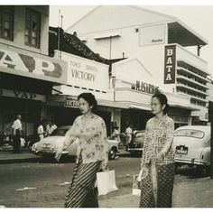1950 - shopping in Jakarta. Indonesian Women, Indonesian Art, Traditional Market, Dutch East Indies, City Scene, History Photos, Historical Pictures, Aesthetic Pictures, Old Pictures