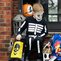 How to Duck Tape Skeleton Costume | Craft & Decor | Duck® Brand