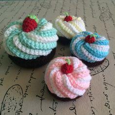 Deliciosos cupcakes tejidos a crochet, ideales para  acompañar los juegos  y la hora del té de los más chicos!    Sabores: frutilla, menta, limón y cre...