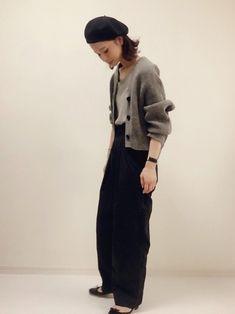 ふんわりニットとハイウエストパンツのトレンド感のあるスタイル。ワイドシルエットのマニッシュな装いの足元にバレエシューズを合わせて上品に見せています。