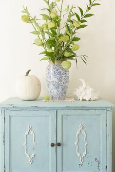 a blue printed vase with blooming branches, a large seashell and a neutral pumpkin for coastal fall decor Small Room Bedroom, Diy Bedroom Decor, Bedroom Ideas, Cozy Bedroom, Teen Bedroom, Small Rooms, Master Bedroom, Fall Home Decor, Autumn Home
