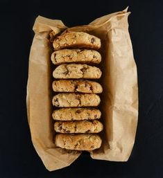 cookies_ pour 16 gros cookies) – 260 g de farine d'épeautre (une farine classique peut aussi faire l'affaire) – 100 g de flocons d'avoine (ici des gros flocons d'avoine) – 40 g de poudre d'amande – 60 g d'huile de coco fondue désodorisée (goût neutre) – 4 cs de sirop d'érable – 1 cc de bicarbonate de soude – 1 cc de vanille en poudre – 80 g de pépites de chocolat noir – 90 g de compote de pommes sans sucres ajoutés (1 gourde) – 2 grosses cuillères à soupe de beurre de cacahuètes