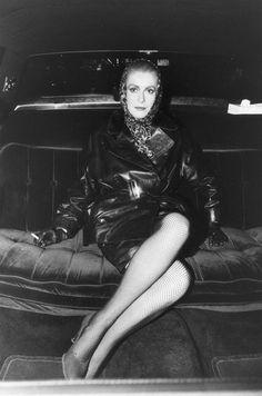 Catherine DENEUVE  fumant une cigarette à l'arrière d'une voiture sur le tournage du film 'Les prédateurs' de Tony SCOTT à NEW YORK. January 06, 1982  Attestazione: DEUTSCH Jean-Claude