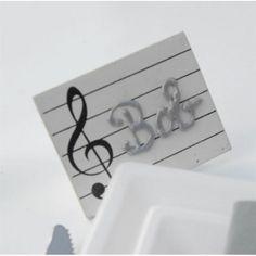 Ce porte nom rectangle sous le thème de la musique en forme partition mesure 7 x 6.5 cm. Idéal pour écrire le nom de vos invités ou le nom de votre table, ce marque place sous le signe de la musique fera de vos convives des privilégiés. Ainsi, vous pourrez les poser sur des chevalets ou autres accessoires.