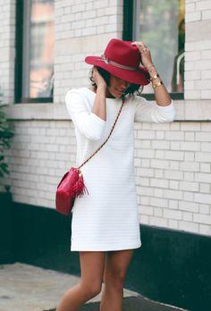 jolie robe d'été élégante, robe blanche, chapeau rouge, sac bandoulière