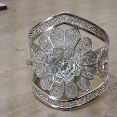 Filigrana en plata hecho en cali colombia Jewelry Box, Jewelry Making, Cali Colombia, Ethnic Jewelry, Handmade Silver, Filigree, Crafting, Bracelets, Rings