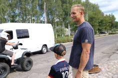 Isä ja poika odottavat tien yli pääsyä pojan koulumatkalla.