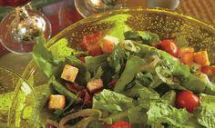 Ensalada de lechuga romana, tomate, crutones y vinagreta de estragón: Receta saludable para servir como entrada o acompañamiento.
