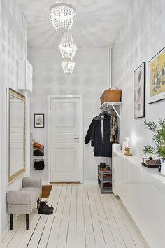 Скандинавский дизайн: прихожая с большим зеркалом