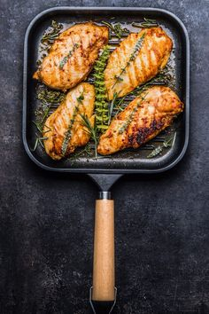 Roasted chicken breast in grill pan Clean Recipes, Lunch Recipes, Salmon Recipes, Chicken Recipes, Healthy Recipes, Food Menu, A Food, Food And Drink, Brazilian Dishes