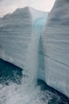 Glacial Waterfalls in Svalbard, Norway Ailleurs communication, dotations…