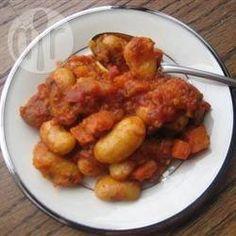 Griechische weiße Bohnen in Tomatensoße (Fasolia gigantes)  - Weißen Riesenbohnen gebacken in Tomatensoße sind eine traditionelle griechische Vorspeise. Statt Dill kann man auch Petersilie nehmen.@ de.allrecipes.com