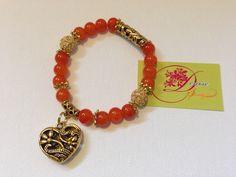 photo (69) pulsera en bolitas anaranjadas, dos bolitas en perlitas doradas y corazón dorado.