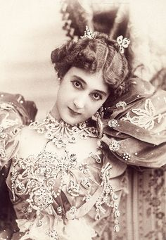 "sharontates: "" Carolina ""La Belle"" Otero was a Spanish born dancer, actress and courtesan. Famously known as just 'La Belle Otero', in August 1898 in St-Petersburg, the French film operator Félix. Vintage Pictures, Vintage Images, La Belle Epoque Paris, Vintage Beauty, Vintage Fashion, Divas, Spanish Actress, Spanish Dancer, Photo Vintage"