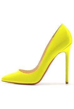 Los 20 zapatos que debes tener: Christian Louboutin. Los colores neón han permanecido como el acento atrevido en los accesorios.