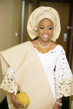 Sehr hübsche nigerianische Braut. Und das Haarstyling kann gleich gespart werden :-)