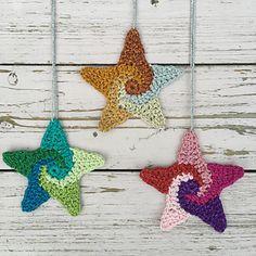 SWIRLY STARS Crochet Star Patterns, Crochet Stars, Free Christmas Crochet Patterns, Crochet Bunting Free Pattern, Crochet Crafts, Crochet Projects, Free Crochet, Crochet Ornaments, Crochet Doilies