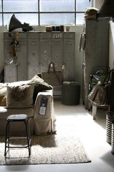 Vintage lockers en industriele lamp in stoere jongenskamer