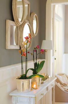 Like the layered mirrors, the skinny lamp offers nice balance to the orchids :) Hallway Table Decor, Entryway Decor, Wall Decor, Home Room Design, House Design, Home Living Room, Living Room Decor, Furniture Catalog, Interior Decorating