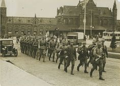 Aankomst van Nederlandse militairen op het stationsplein voor aanvang van de 22e Vierdaagse.