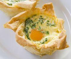 """Ingrédients pour la recette des œufs cocotte : feuilles de pâte filo, œufs, tranches de bacon ou blanc de dinde ou """"veggie"""", ciboulette, gruyère râpé, beurre, sel et poivre."""