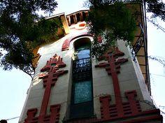 La Colonia de la Prensa es un conjunto de viviendas modernistas levantadas a principios del siglo XX como segunda residencia de VACACIONES de familias acomodadas en Carabanchel pueblo. Y es que, antes de que se anexionara en 1948 a la ciudad de Madrid, Carabanchel era considerado una zona de descanso y de veraneo.