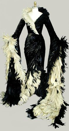"Dress Worn by Glenn Close ""Cruella de Vill"" in 101 Dalmatians. Diseño vestido Anthony Powell 1996"