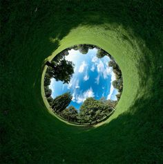 check out how to do this at http://www.myphotographytutorials.com/gallery/360-degree-reverse-photography