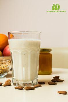 Lapte vegetal pentru micul dejun din migdale și grâu încolțit » Alimentația Optimă Nutribullet, Glass Of Milk, Healthy Life, Smoothie, Deserts, Drinks, Food, Salads, Healthy Living