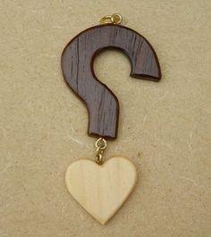 Nous vivons dans un monde ou l'on a de plus en plus de mal à trouver son âme soeur. A l'instar de l'anneau porter autour du cou qui symbolise parfois le célibat, mais pas toujours.  Ce petit coeur en bois de pin surmonter d'un point d'interrogation ( 8,5 cm sur 4 cm) en sipo symbolise la recherche de l'être à aimer ou pose en tout cas la question. https://www.alittlemarket.com/collier/collier_coeur_a_prendre_-5406273.html
