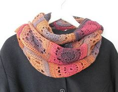 Love the color combination of this crochet cowl. Free Pattern.