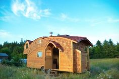 New Tiny House Lives Large With Extra-High Ceiling and Fun Curves - Curbedclockmenumore-arrow : The bedroom looks huge Off Grid Tiny House, Tiny House Blog, Tiny House Builders, Small Tiny House, Tiny House Living, Tiny House Plans, Tiny House Design, Tiny House On Wheels, Small Living