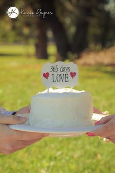 Fun and cute ideas for your First Year Wedding Anniversary Photos.