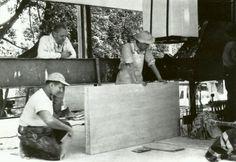 Mies supervisando la colocacion de las piezas de travertino en la casa Farnsworth