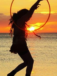Sunset hooping on the coast Hippie Love, Hippie Style, Bohemian Style, I Love The Beach, Peace And Love, Flow Arts, Go Outside, Dreads, Hula Hooping