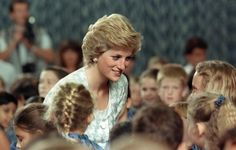 1989-11-06 Diana talks to pupils during a visit to the British School in Jakarta, Indonesia