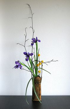 Ikebana 'Iris in autumn' by Otomodachi, via Flickr