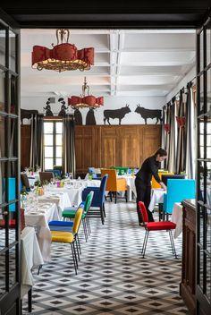 Dans le restaurant, des frises de taureaux et d'Arlésiennes en costumes parcourent les murs. Les fauteuils habillés de drap vif sont griffés Pierre Paulin, Steiner et Frey. Lustres Christian Lacroix.
