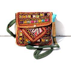 Ce sac indien est fabriqué à la main avec des tissus anciens, il vient de la region du Gujarat. Ce sac a une poche interieure fermée et se referme par un zip et un rabat. C'est un accessoire original et coloré plein de charme.