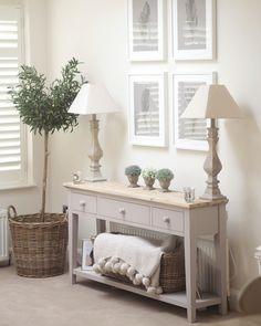 interior design home Hallway Table Decor, Hallway Decorating, Entryway Decor, Hallway Designs, Foyer Design, Bold Living Room, Living Room Decor, Home Comforts, Country Decor