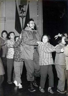 Che Guevara in a conga line in a kindergarten in Shanghai 1960 | Rare and beautiful celebrity photos