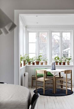 Vintage Home Light filled indoor dining space with round table and chairs and lots of plants- in a beautiful Swedish house dating back to the - Home Interior, Interior And Exterior, Interior Design, Oval Room Blue, 1920s House, Rustic Wood Walls, Swedish House, Scandinavian Home, Room Paint