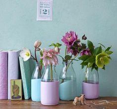 Mit der Zeit sammeln sich viele Glasfläschchen an, die sich auch toll als Vasen machen: Dazu einfach einen Teil in Dosen mit mattem Acryllack (Baumarkt oder...