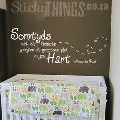"""www.stickythings.co.za Ons Winnie die Poeh Muur Plakker: """"Somtyds vat die Kleinste Goedjies die grootste plek in jou Hart"""". En Gratis: Heuningbye, Naaldekokers, Hart, Blare en """"Hunny"""" Pot! #stickythingswallstickers Baby Room Wall Stickers, Afrikaans, Wall Quotes, Nursery Wall Art, Stencils, Furniture, Decor, Decoration, Home Furnishings"""