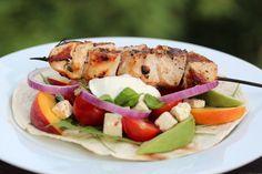 Wraps med kyllingspyd, nektariner, avokado og yoghurt
