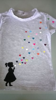 Need an idea of what to do with your scraps? Cut them into hearts for a cute shirt! T Shirt Painting, Fabric Painting, Tshirt Painting Ideas, Diy Clothing, Sewing Clothes, Diy Kleidung Upcycling, Paint Shirts, Fabric Paint Shirt, Fabric Paint Designs