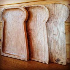 【kiyadesign】さんのInstagramをピンしています。 《おでかけパン屋sedon様より、 トレーとカッティングボードの オーダーをいただきました^^ * パン屋さんということで パン型のデザインで作成。 トレーは、ドングリの木「ナラ」を使用。 ナラは堅木なので彫るのが大変でした! * サイズはどちらも、 長さ30cm、幅20cm、厚さ2cmほどです。 * sedon様にもとても喜んでいただき、 こちらもとても嬉しい気持ちになりました^^ * #KIYADESIGN #阿賀野市 #新潟県 #自然 #森 #山 #コースター #カッティングボード #木工 #木の皿 #木のカトラリー #うつわ #お皿 #器 #食器 #ご飯 #ハンドメイド #wood #woodworking #woodturning #furniture #handmade #パン型トレー #パン》