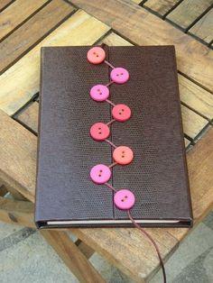 """Képtalálat a következőre: """"zoopress costura codex"""" Handmade Notebook, Handmade Journals, Handmade Books, Handmade Crafts, Handmade Rugs, Journal En Cuir, Bookbinding Tutorial, Fabric Journals, Handmade Headbands"""