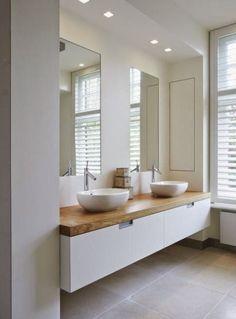 Interiérová návrhářka bloguje: Bílá, šedá a dřevo v koupelně